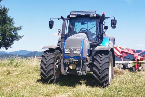 agrosluzby traktor pole